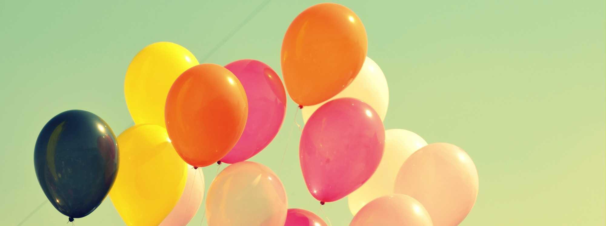 Kleurrijke balonnen in de lucht