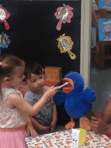 De kinderen poetsen de tanden van een knuffel op de peuterspeelzaal