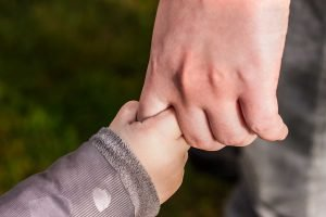 Handje vasthouden ouder kind