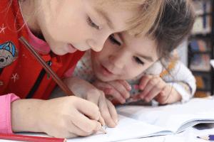 kinderen zijn aan het tekenen