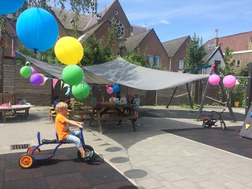 Spelende kinderen op het schoolplein van de peuterspeelzaal